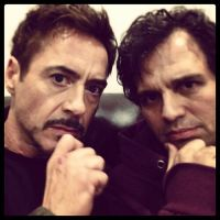 "Robert Downey Jr. e Mark Ruffalo em foto de bastidores de ""Os Vingadores 2"""