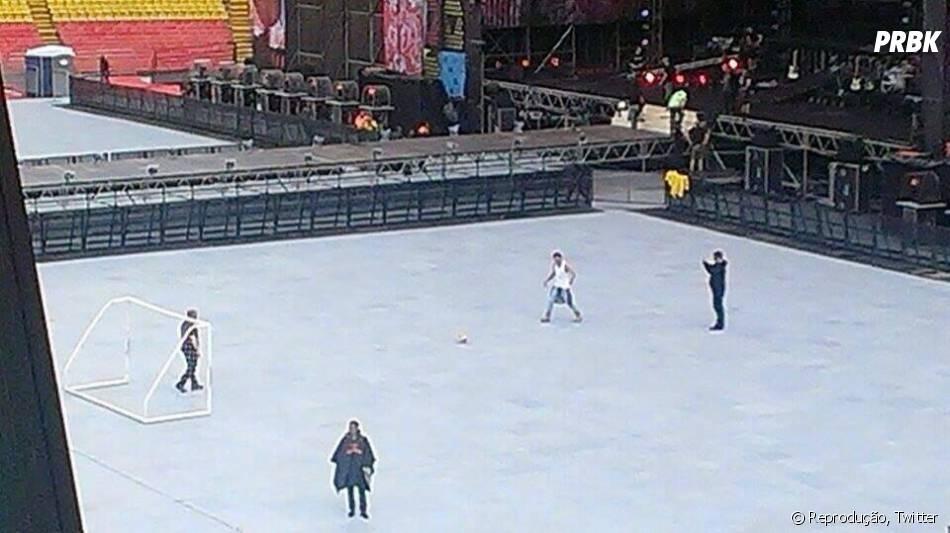 Durante ensaio na Colômbia, One Direction joga um pouco de futebol