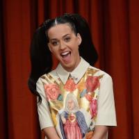"""Com um visual nerd, Katy Perry revela: """"Eu faria vários programas de humor! Amo a vibe"""""""