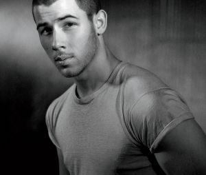 Nick Jonas arrasa em novo ensaio fotográfico e conta que quer se manter solteiro no momento