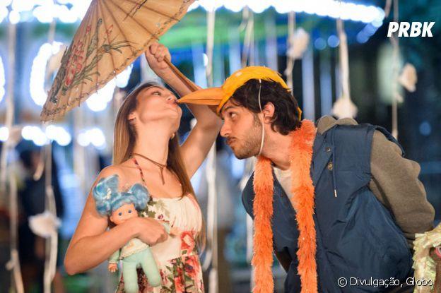 """Em """"A Lei do Amor"""": Helô (Isabelle Drummond) e Pedro (Chay Suede) dão o primeiro beijo em uma quemesse"""