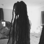 Rihanna aposta em novo visual e volta a usar dreads. Confira as fotos!