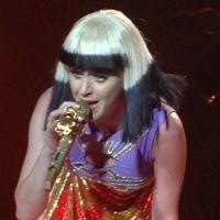 """Katy Perry estreia show colorido e com trocas de roupa com a """"Prismatic Tour"""""""