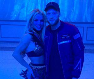 Britney Spears posou com o diretor Colin Trilley durante as gravações do seu novo clipe