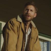 """Calvin Harris canta e vive o fim de um relacionamento em """"My Way"""", clipe explosivo do seu novo hit"""