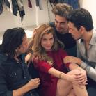 """Alinne Moraes, de """"Rock Story"""", posa com Rafael Vitti e gatos do elenco em foto no Instagram"""
