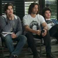 """Novela """"Rock Story"""": Gui (Vladimir Brichta) e Zac (Nicolas Prattes) abrem audição para nova boyband"""