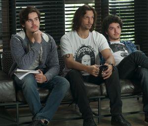 """Zac (Nicolas Prattes), Gui (Vladimir Brichta) e Tom (João Vitor Silva) estão abrindo as audições para a """"Quatro Ponto Quatro"""", em """"Rock Story"""", novela da Globo"""