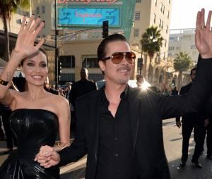"""Angelina Jolie e Brad Pitt acenam para os fãs na première de """"Malévola"""", nos EUA"""