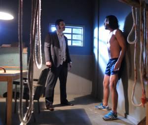 """Otávio (Felipe Cardoso) é levado para a sala de interrogatório por Monet (Renato Livera) e Caravaggio (Miguel Nader) em """"Pecado Mortal"""""""