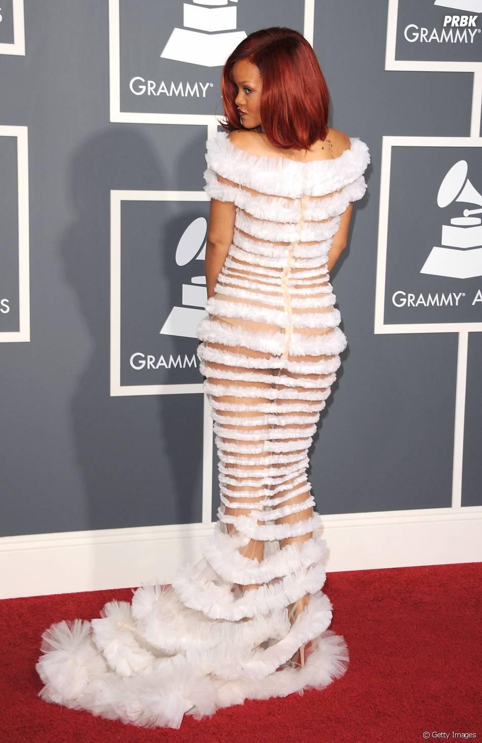 De novo o bumbum! Em vestido branco, alternando entre faixas e transparências, Rihanna mostrou um pouco de sua bunda