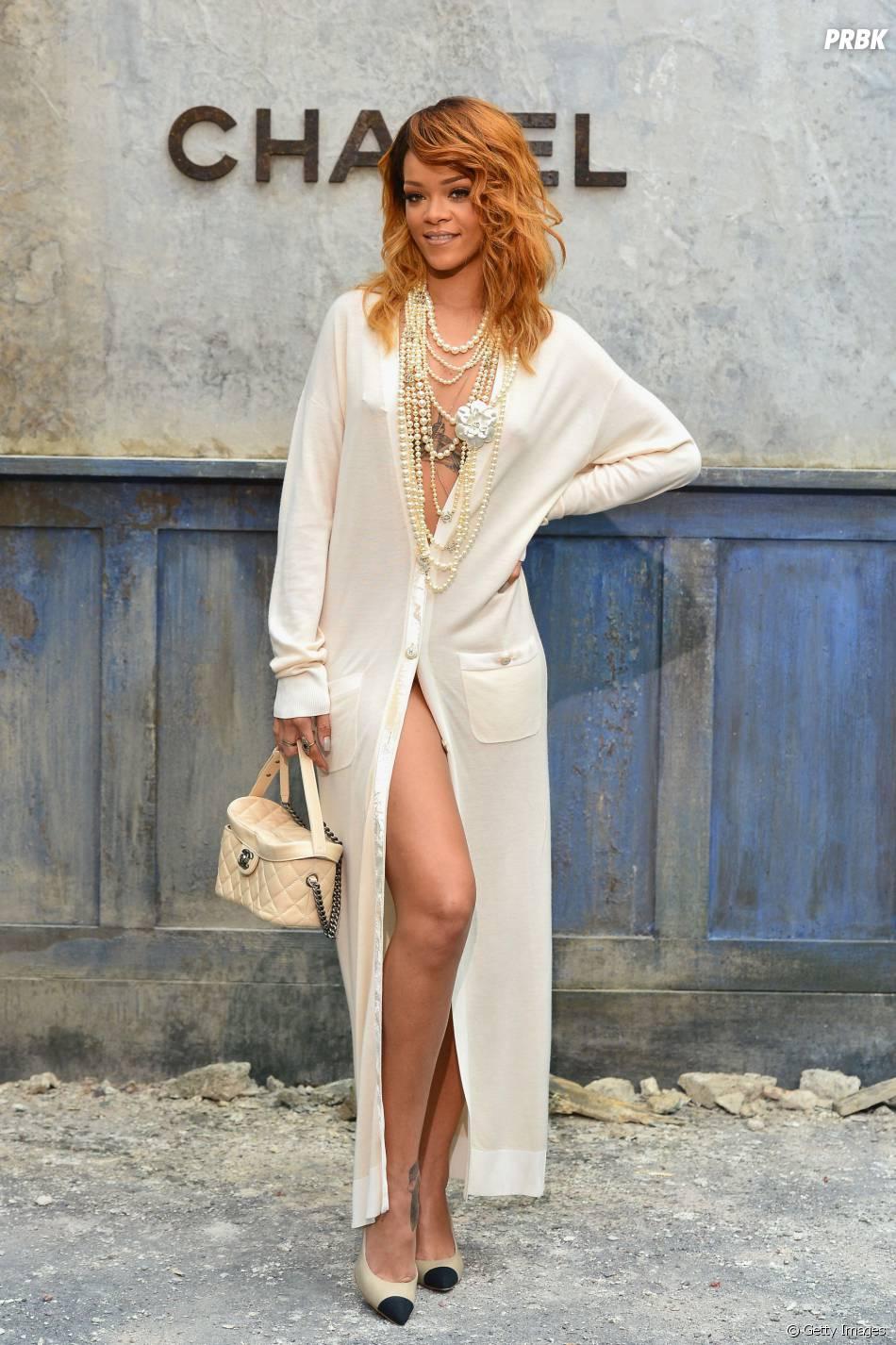 Bem sexy, Rihanna desfilou um decotão e fenda durante um evento de grife