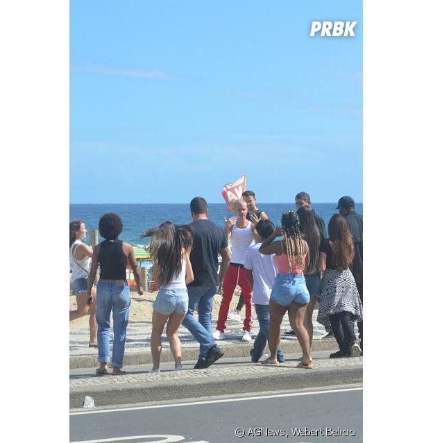 Justin Bieber atendeu fãs na praia de Ipanema, no Rio de Janeiro