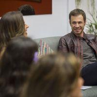 """No """"BBB17"""": Tiago Leifert apresenta de dentro da casa e causa emoção nas finalistas"""