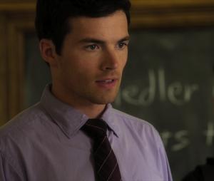 """Em """"Pretty Little Liars"""", Ezra  (Ian Harding) se identifica com o signo Gêmeos"""