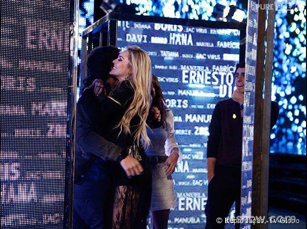 """Megan (Isabelle Drummond) agarra Davi (Humberto Carrão) nos bastidores da final de reality em """"Geração Brasil""""."""