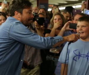 "Miley Cyrus e Jimmy Fallon apresentam ""Jolene"" no metrô de Nova York"