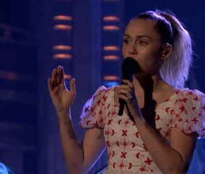 "Miley Cyrus canta ""Inspired"" e emociona o público do programa de Jimmy Fallon"