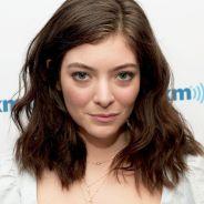 "Lorde pede desculpa após comparar amizade de Taylor Swift com doença autoimune: ""Eu sinto muito"""