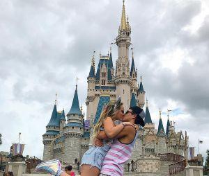 Larissa Manoela e Thomaz Costa oficializaram o namoro na Disney!