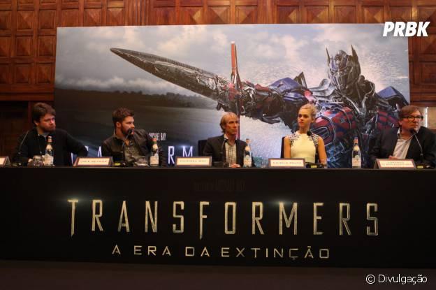 """Michael Bay, os atores Nicola Peltz e Jack Reynor, e o produtor Lorenzo di Bonaventura durante coletiva de """"Transformers: A Era da Extinção"""""""