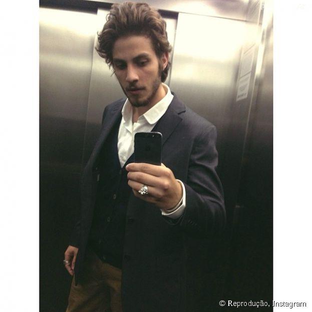 """Chay Suede faz selfie no espelho para mostrar o look da festa da novela """"Império"""""""
