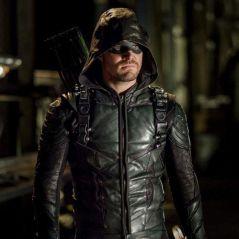 """Em """"Arrow"""": na 6ª temporada, mortes são reveladas após explosão de ilha!"""