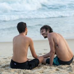 """Final """"A Força do Querer"""": Ivan e Claudio tomam banho de mar juntos após jovem retirar os seios!"""