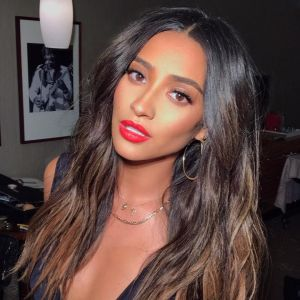 """Shay Mitchell, ex-""""Pretty Little Liars"""", responde se participaria do spin-off """"The Perfectionists"""""""