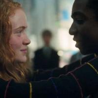 """De """"Stranger Things"""", atriz mirim diz que beijo não estava no roteiro e causa polêmica"""
