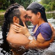 """Bruna Marquezine e José Fidalgo trocam beijos em nova foto de """"Deus Salve o Rei""""!"""
