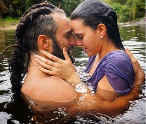 """Bruna Marquezine e José Fidalgo aparecem em clima romântico em nova foto de """"Deus Salve o Rei"""""""