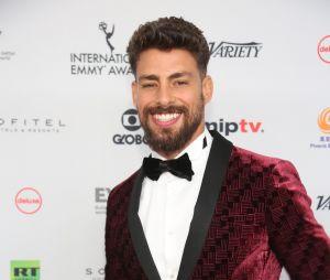 Cauã Reymond marca presença no Emmy Internacional