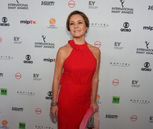 Adriana Esteves é uma diva de vermelho no Emmy Internacional