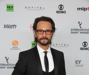 Rodrigo Santoro é fotografado no tapete vermelho do Emmy Internacional
