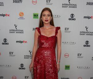 Marina Ruy Barbosa passa pelo tapete vermelho do Emmy Internacional com vestido da marca Valentino