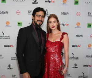 Marina Ruy Barbosa posa com look luxuoso no Emmy Internacional ao lado de Renato Góes
