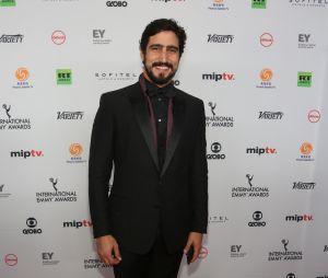 Renato Góes surge todo galã no Emmy Internacional
