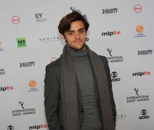 Felipe Simas capricha no look para o Emmy Internacional