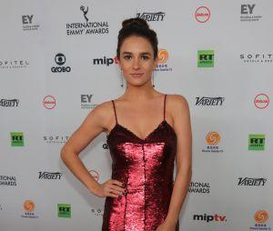 """Priscila Steiman, que participou de """"Totalmente Demais"""" e """"Justiça"""", posa no Emmy Internacional"""