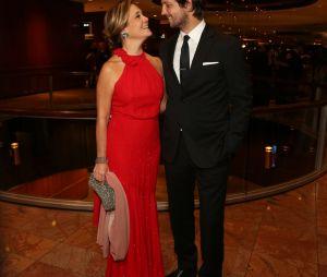 Vladmir Brichta e Adrian Esteves posam apaixonados no Emmy Internacional
