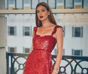 Marina Ruy Barbosa usa vestido vermelho da grife Valentino no Emmy Internacional