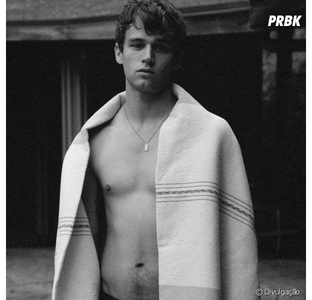 """Brandon Flynn, de """"13 Reasons Why"""", faz ensaio sensual para a revista HERO"""