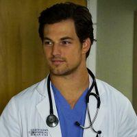 """Giacomo Gianniotti, o Dr. Andrew DeLuca de """"Grey's Anatomy"""", pede namorada em casamento!"""