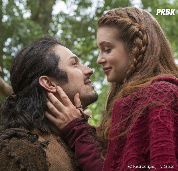 """Em """"Deus Salve o Rei"""": Amália (Marina Ruy Barbosa) envia carta para Afonso (Romulo Estrela), mas mensageiro diz que não existe nenhum ferreiro com esse nome em Montemor"""