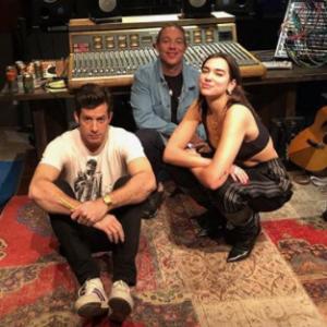 """Dua Lipa grava com Diplo e Mark Ronson e fãs vibram: """"Não to pronta pra isso"""""""