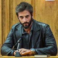 """Novela """"O Outro Lado do Paraíso"""": Vinícius confessa que é pedófilo e morre na cadeia!"""