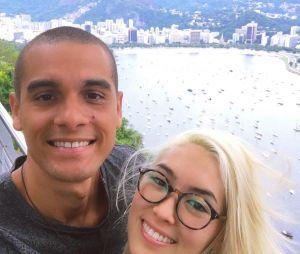 """Ana Hikari, de """"Malhação"""", tirou uma selfie com seu amado mostrando o Rio de Janeiro ao fundo"""