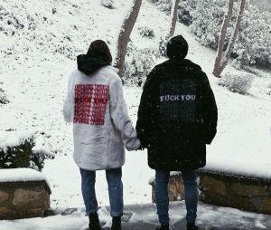 Bruna Marquezine e Neymar usam casacos combinando e posam na neve