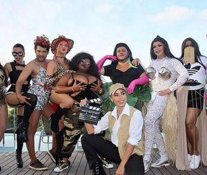 """Anitta convida diversos famosos para se vestir com os looks de seus clipes e fica de """"diretora"""" durante coletiva"""